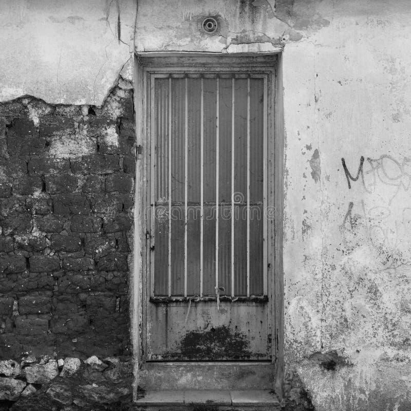 Tür und gebrochene Texturwand lizenzfreies stockfoto
