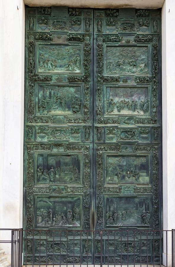 Tür von Pisa-Kathedrale, Italien stockbilder