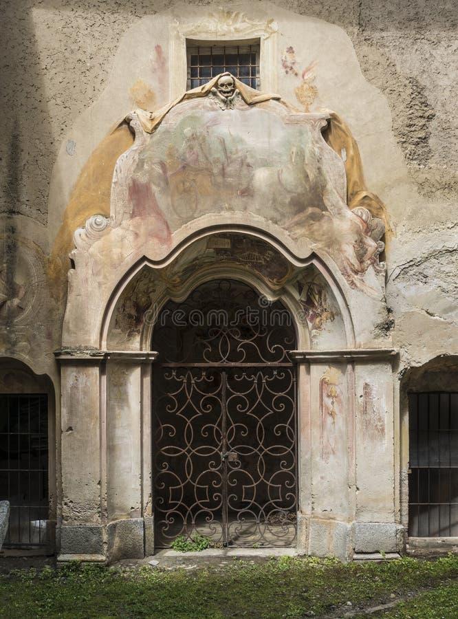 Tür zu einer Krypta in einer alten italienischen Kirche stockbilder