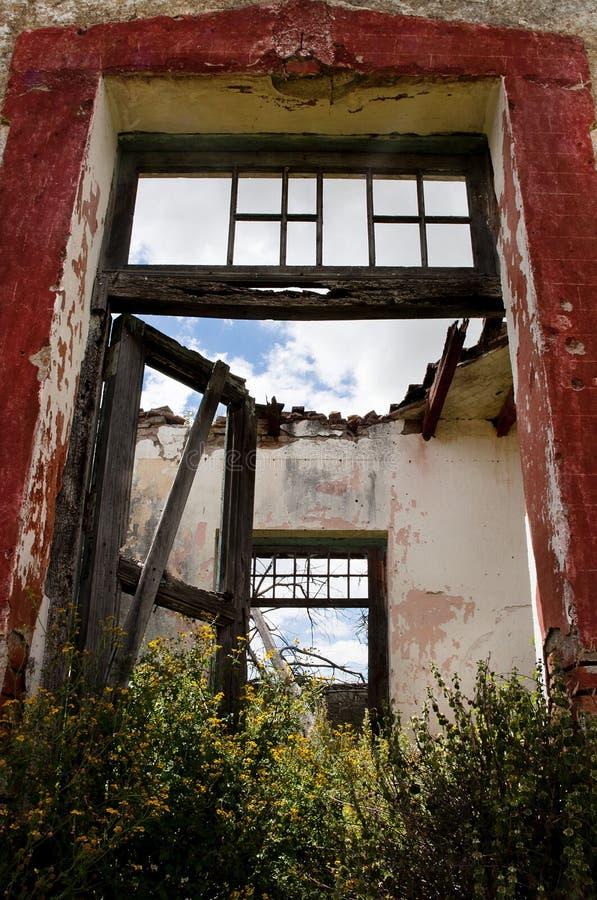 Tür zu ruiniertem Gebäude stockfoto