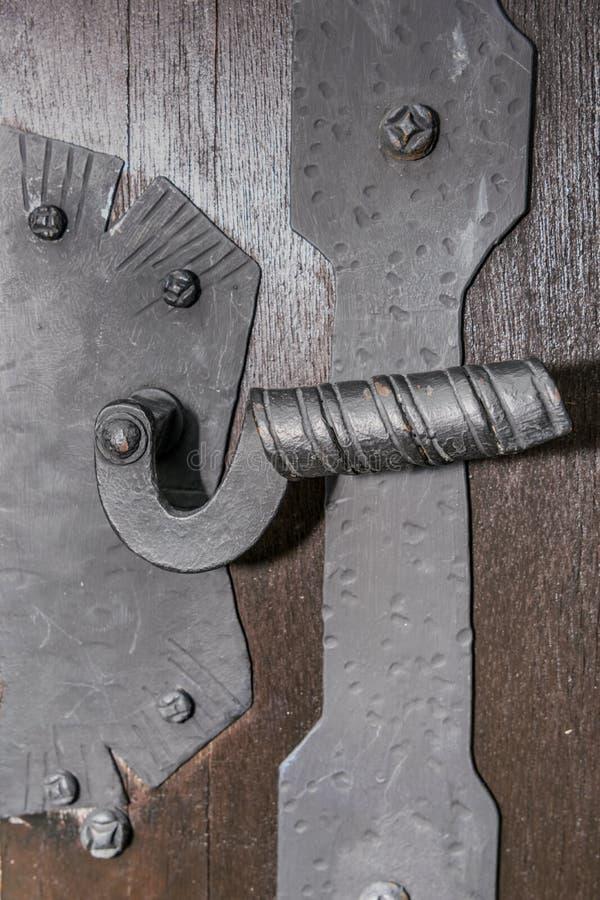 Türgriff des mittelalterlichen Tors lizenzfreies stockfoto