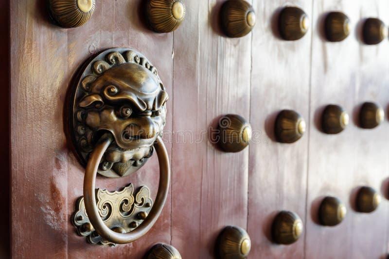 Türgriff und Klopfer des traditionellen Chinesen Haupttor des Tempels stockbilder