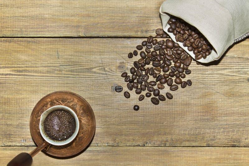 Türke mit Kaffee und Sack Kaffeebohnen stockfotografie