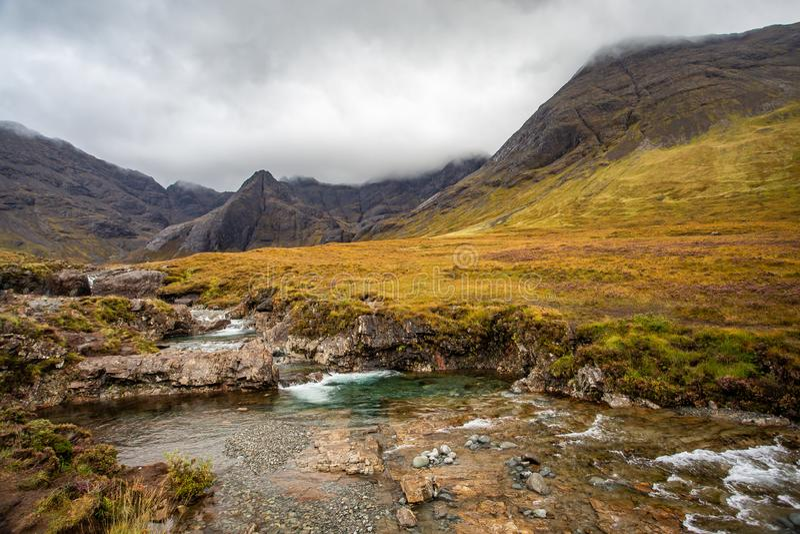 Türkis-feenhafte Pools in der Insel von Skye, Schottland lizenzfreies stockfoto