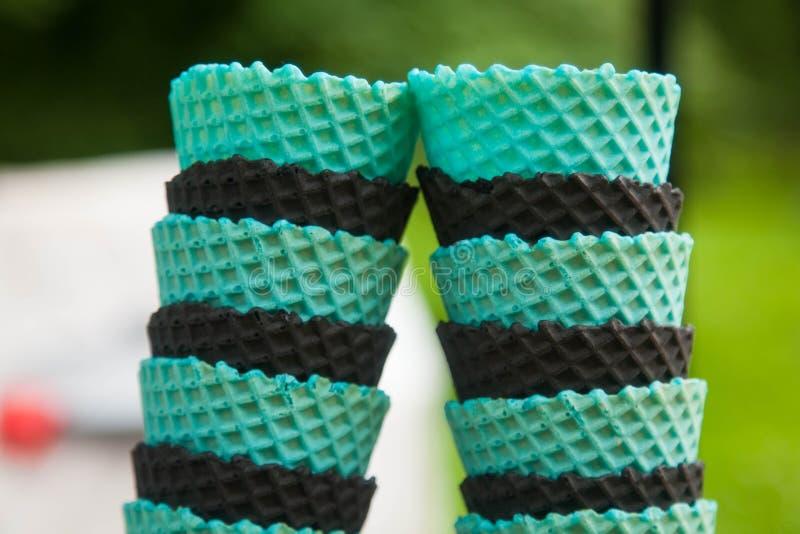 Türkis und schwarze Kegel für Eiscreme stockfotos