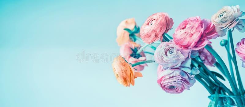 Türkisblumenfahne mit den schönen Blumen, die am hellblauen Hintergrund, mit Blumen blühen lizenzfreie stockfotografie