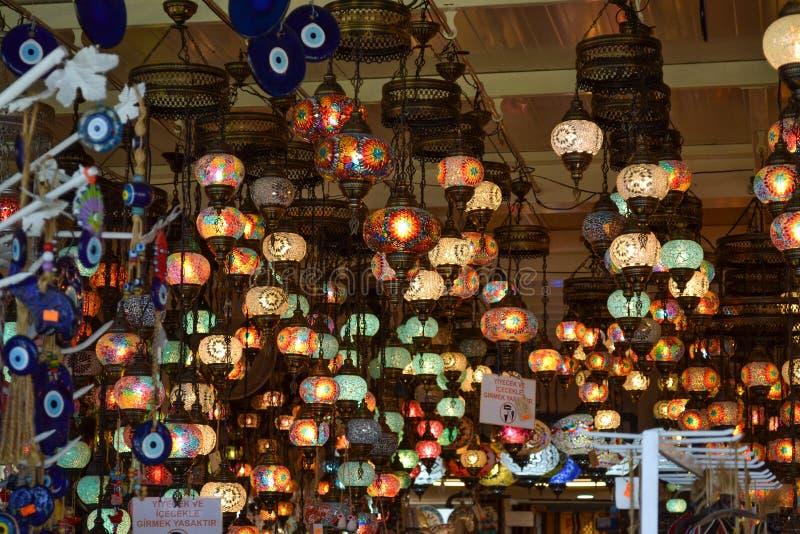 Türkische dekorative Lampen für Verkauf im Souvenirladenfenster stockfotos