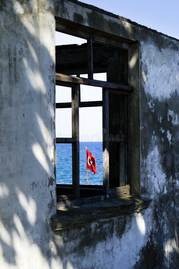 Türkische Flagge durch ein altes Fenster stockbilder