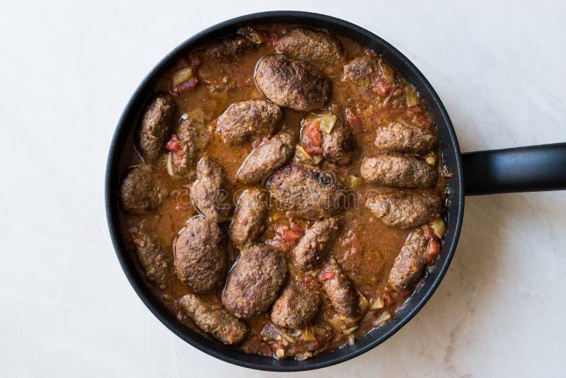 Türkische Fleischklöschen in der süßen und sauren Tomatensauce/in Kofta oder in Kofte in Pan oder im Topf stockfotografie