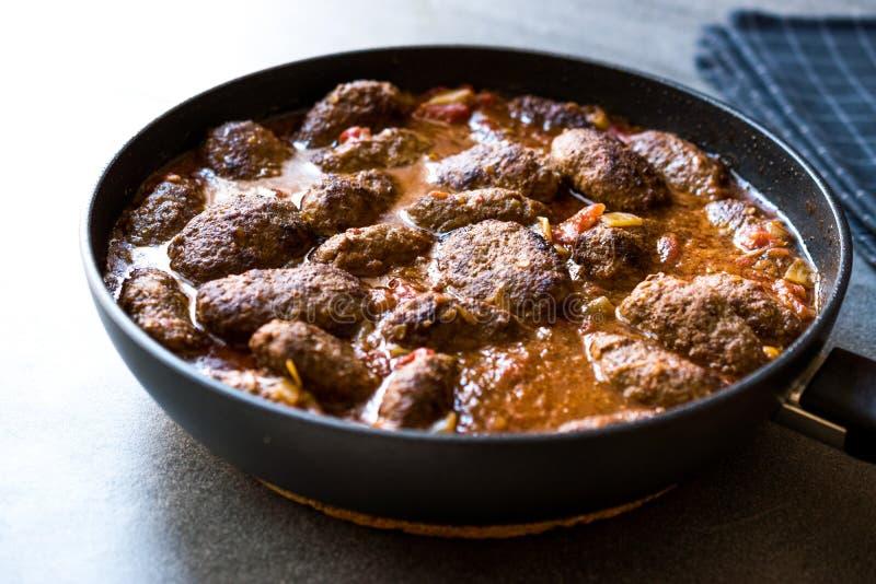 Türkische Fleischklöschen in der süßen und sauren Tomatensauce/in Kofta oder in Kofte in Pan oder im Topf stockbild