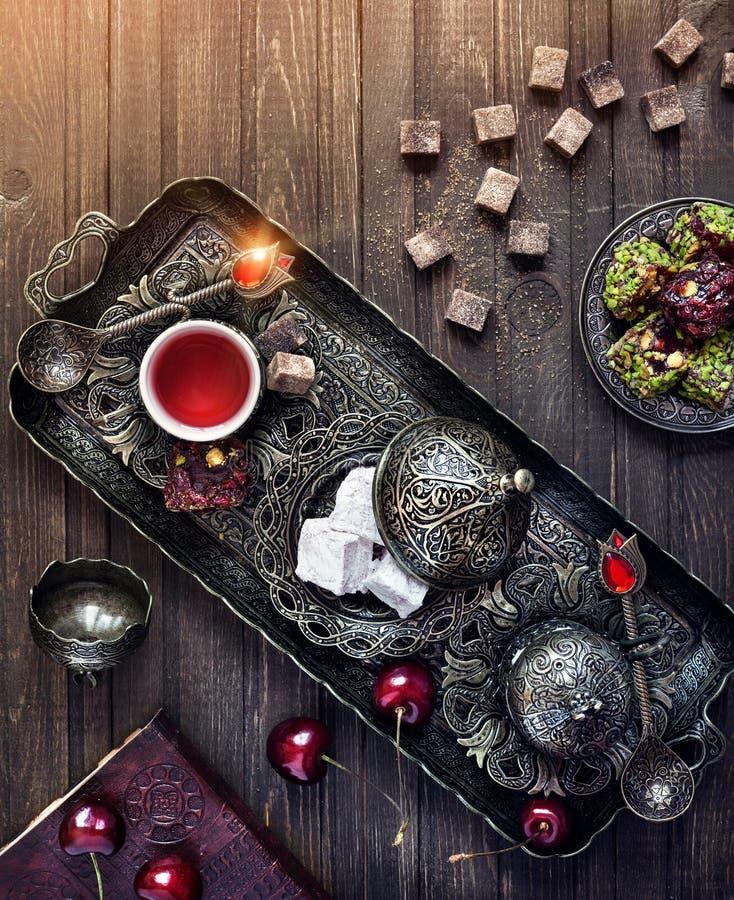 Türkische Freuden und Tee auf dem Tisch in Istanbul stockbilder