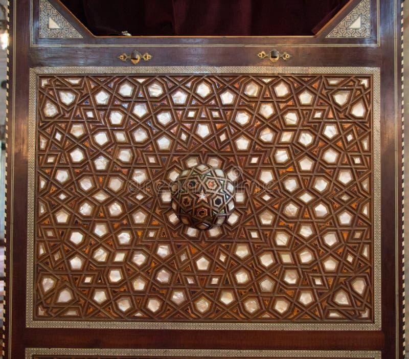 Türkische Kunst der Osmane mit einigen geometrischen Mustern auf Holz stockbild