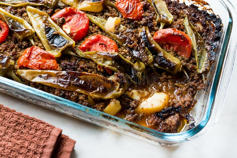 Türkische Lebensmittel-Ofenkartoffel-Kasserolle mit Hackfleisch Tomaten und grünem Paprika/Kiymali Patates lizenzfreie stockfotos