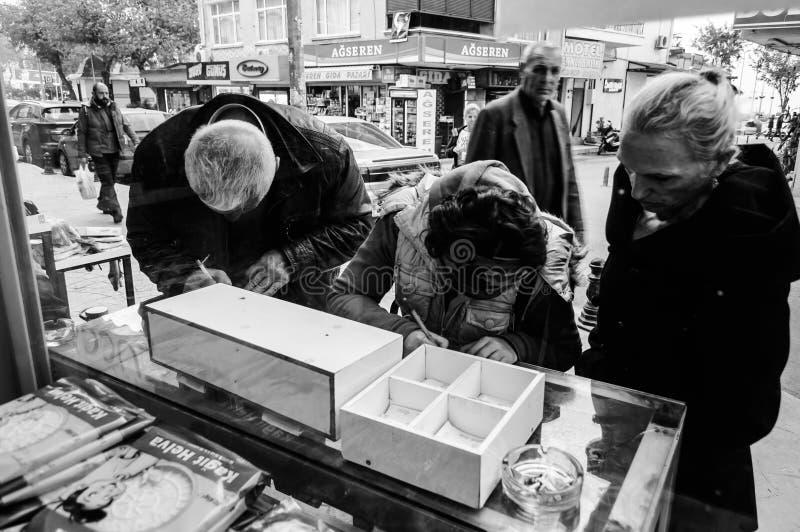 Türkische Leute, die Risiko auf nationaler Lotterie eingehen stockfotos