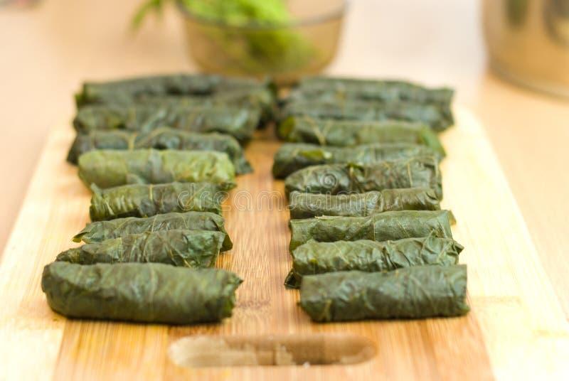 Türkische Mahlzeit, Blätter der angefüllten Traube, Reis und Gewürz stockfotos