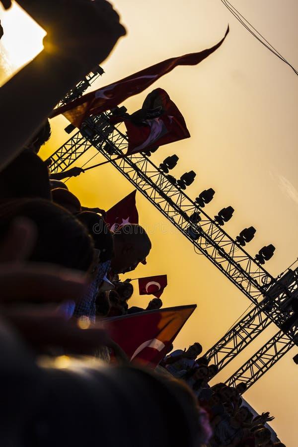 Türkische Menge im Sonnenuntergang, der Befreiung vom Griechen gedenkt stockbilder