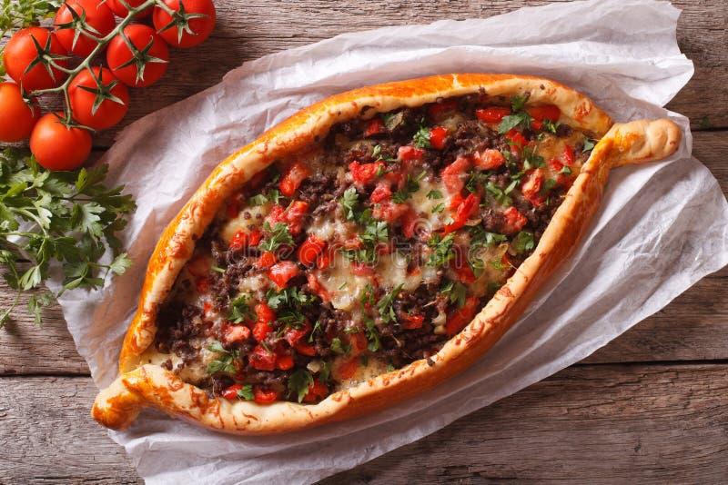 Türkische pide Pizza mit Fleischnahaufnahme horizontale Ansicht von oben lizenzfreies stockbild
