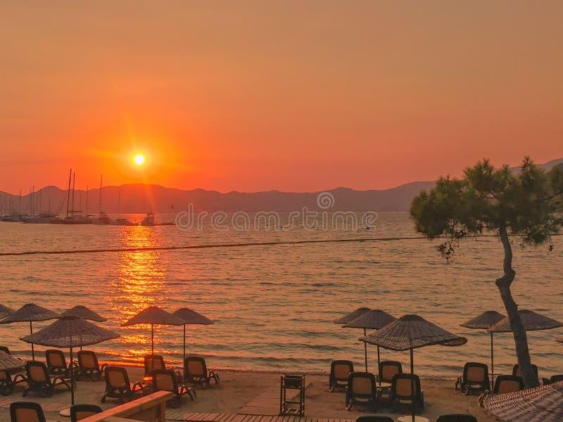 Türkischer Bucht-Sonnenuntergang-Feiertag roter Sun über dem Wasser stockfotos