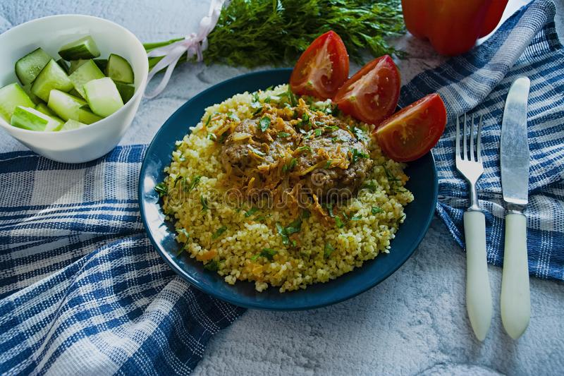 Türkischer Bulgurpilaf mit Fleischklöschen und Grüns Geschmackvoller selbst gemachter Nahrungsmittelabschluß oben stockfotografie