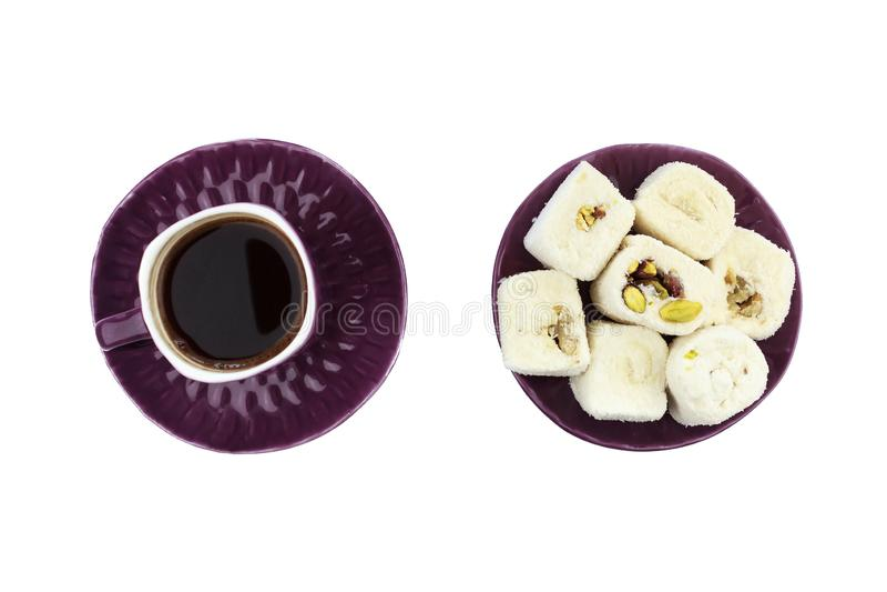 Türkischer Kaffee in der purpurroten Schale und weiße türkische Freude mit Pistazie und Walnuss auf purpurroter Platte auf lok stockfoto