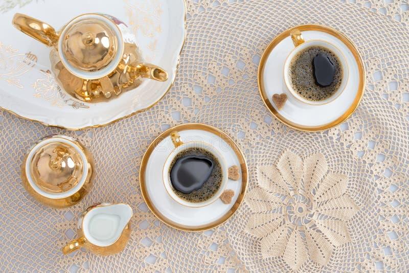 Türkischer Kaffee für zwei auf eleganter weißer Tabelle lizenzfreie stockfotografie