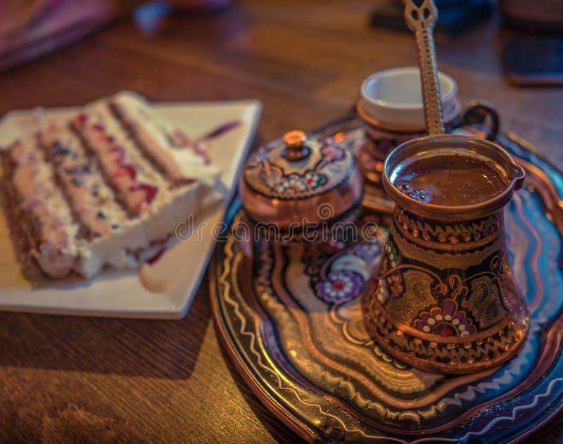 Türkischer Kaffee mit irgendeinem traditionellem Mittelmeerkuchen lizenzfreie stockfotos