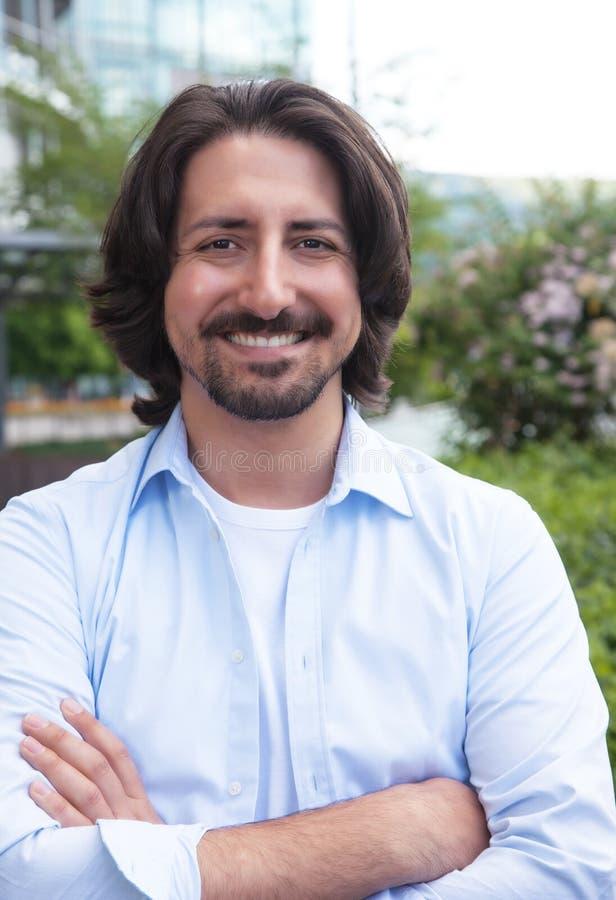 Türkischer Mann mit dem Bart, der draußen Kamera betrachtet lizenzfreie stockfotos