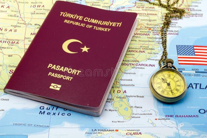 Türkischer Pass mit Taschenuhr auf US-Karte lizenzfreie stockfotos