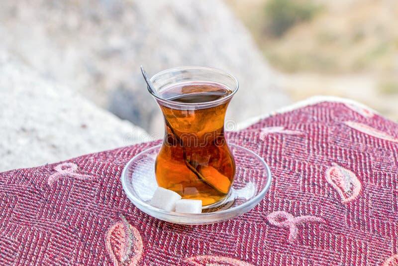 Türkischer Tee im Glas auf rotem Teppich lizenzfreie stockfotos