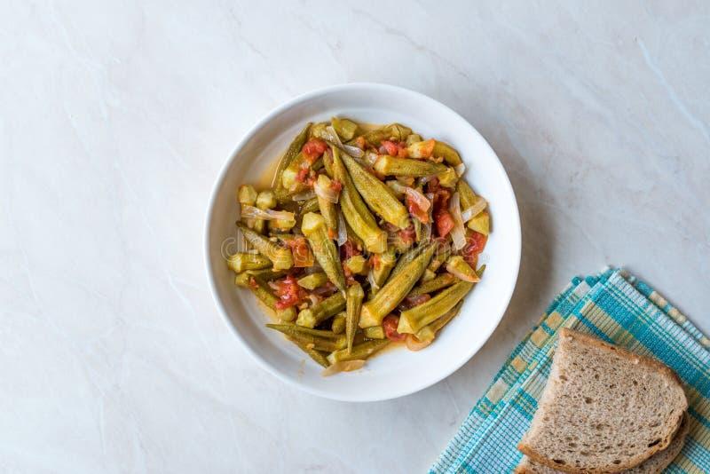 Türkischer Teller des Lebensmittel-essbaren Eibisches mit Tomaten und Zwiebel-Scheiben/Bamya stockbilder