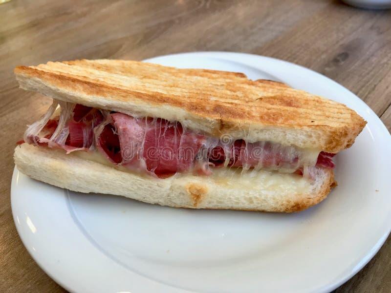Türkischer Toast Dilli Kasarli/Rinderzunge Tost-Sandwich mit geschmolzenem Käse lizenzfreies stockfoto