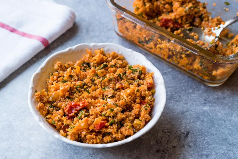 Türkisches Blumenkohl-Lebensmittel Kisir/Bulgur-Salat stockfotos
