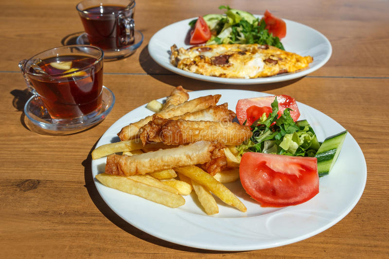 Türkisches Frühstück mit borek lizenzfreies stockfoto