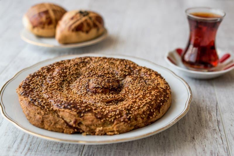 Türkisches Gebäck mit Tahini und indischem Sesam/Tahinli Corek lizenzfreie stockbilder