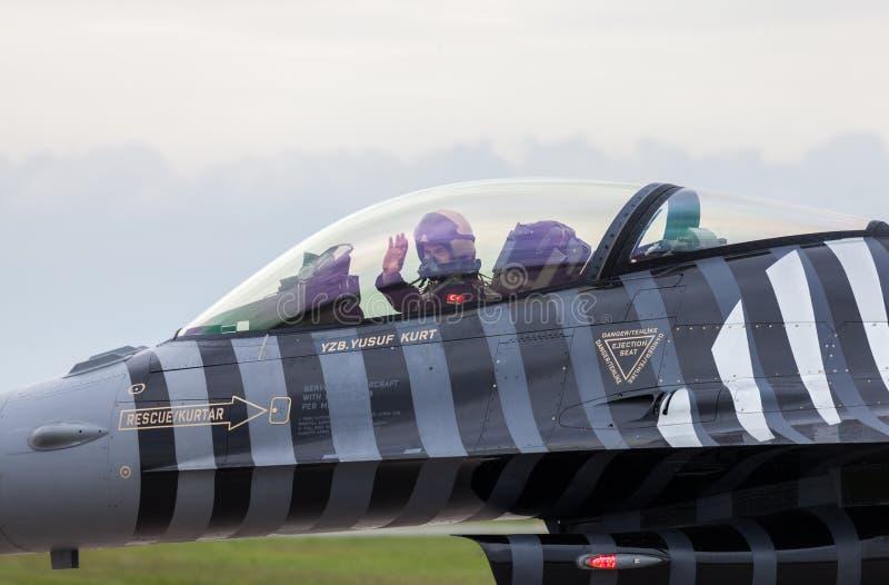 Türkisches Luftwaffe F-16 soloturk auf Berlin-Flugschau stockbilder