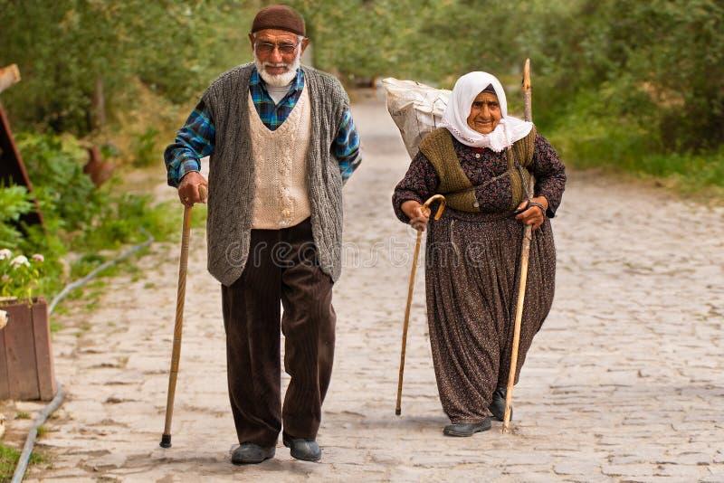 Türkisches Paar geht entlang Steinweg stockfotografie