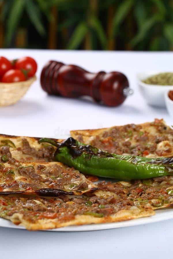 Türkisches pide mit Fleisch lizenzfreies stockfoto