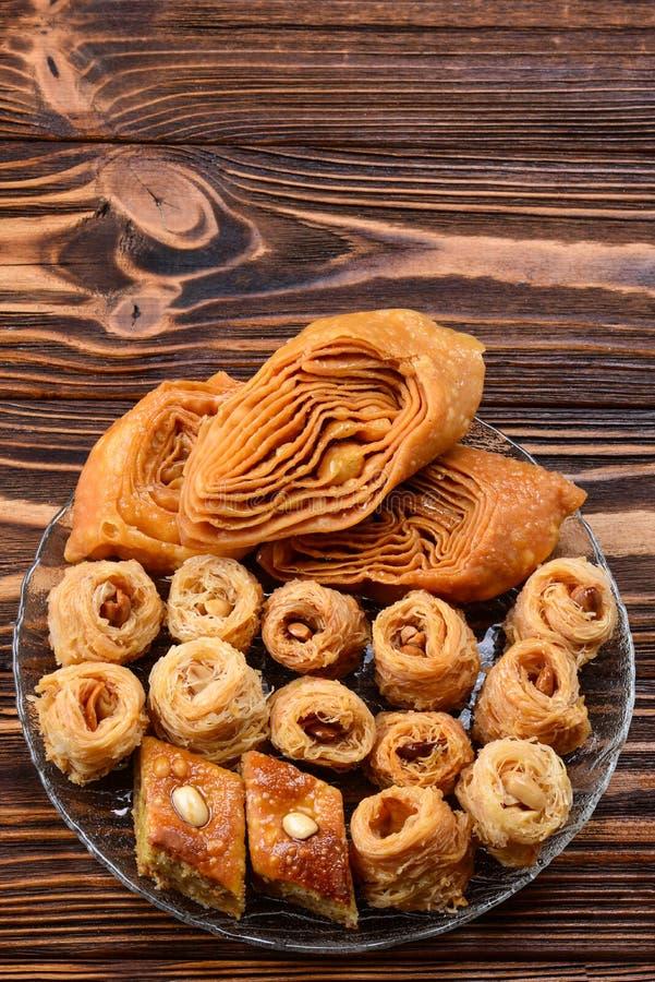 Türkisches süßes Baklava auf Platte mit türkischem Tee stockbilder