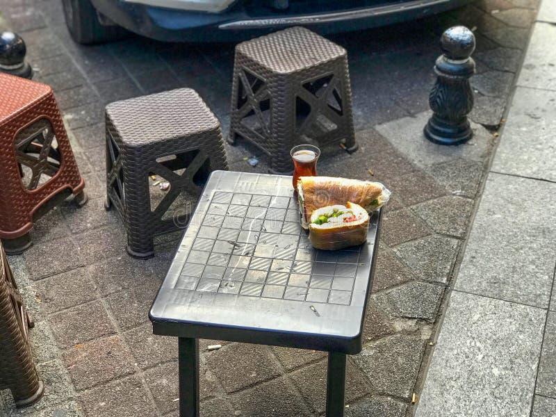 Türkisches Straßen-Lebensmittel-kaltes Sandwich verpackt mit Stretchfolie lizenzfreies stockfoto