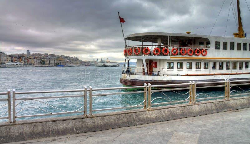 Türkisches Straßenleben Istanbuls an einem regnerischen Herbsttag lizenzfreie stockfotos