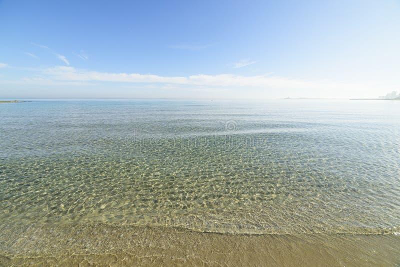 Türkiskristallwasser unter blauem Himmel lizenzfreies stockbild