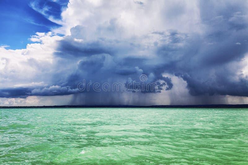 Türkismeer und drastischer bewölkter Himmel mit Wolken, schöne Landschaft stockfoto