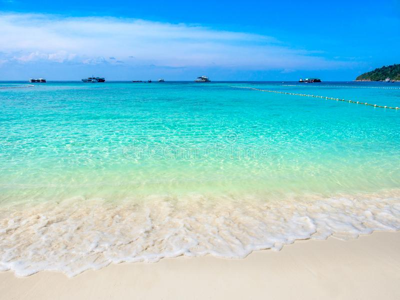 Türkisseewelle und weißer Sand setzen bei Koh Lipe, Thailand auf den Strand lizenzfreie stockbilder