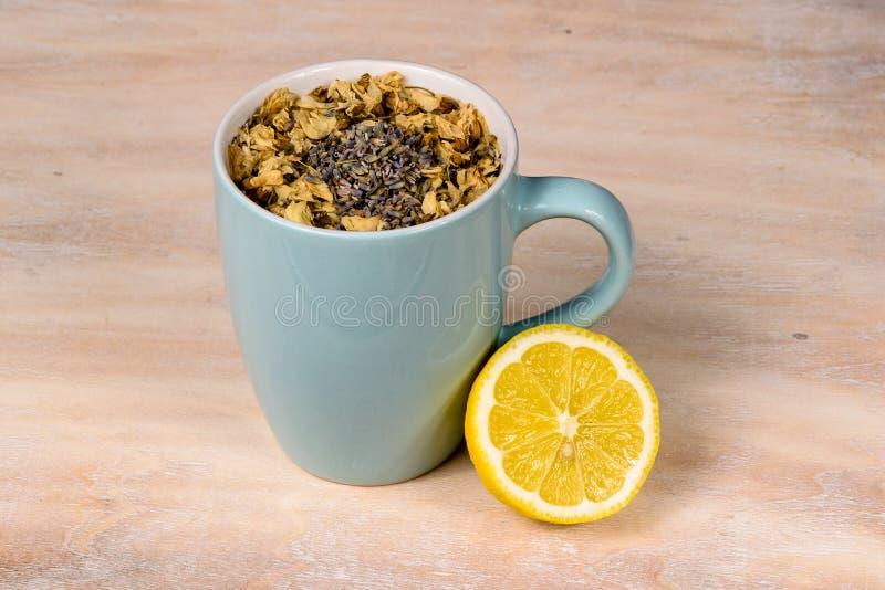 Türkistasse tee mit Zitrone auf Behälter stockbild