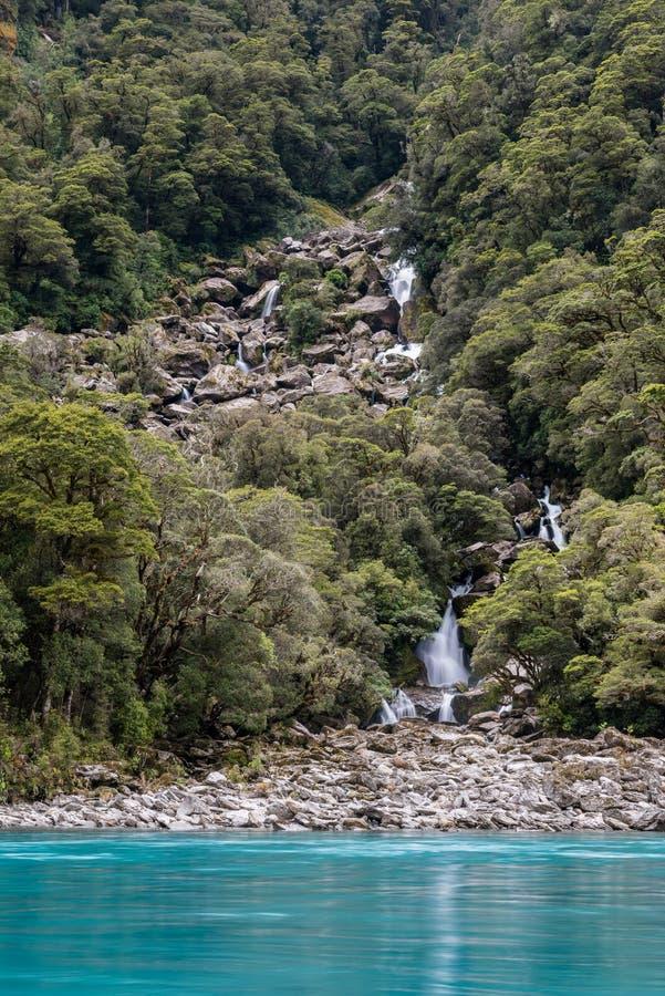 Türkiswasser und Wasserfälle des Brüllens von Billy Falls, vertikale Ansicht lizenzfreies stockbild