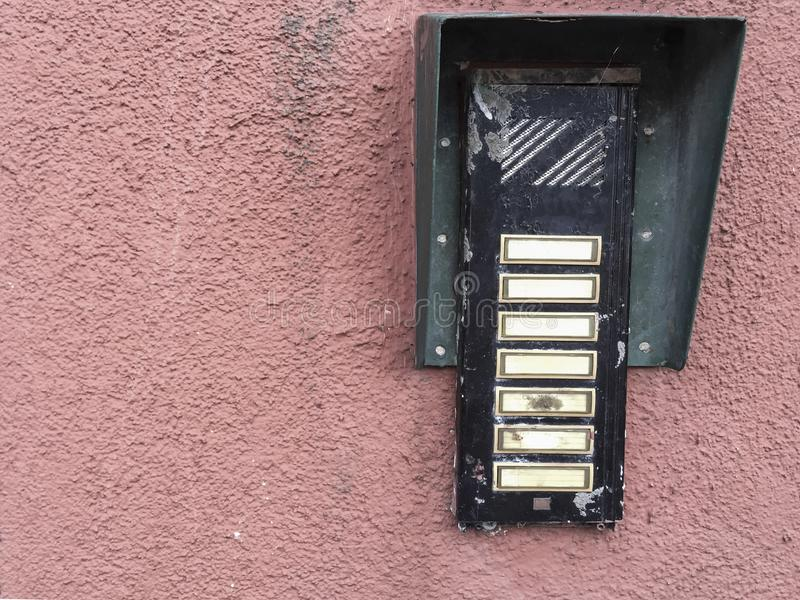 Türklingeln eines Gebäudes lizenzfreie stockbilder