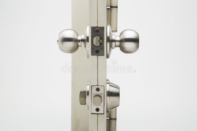 Türknäufe, Aluminiumtürweißhintergrund stockfotografie