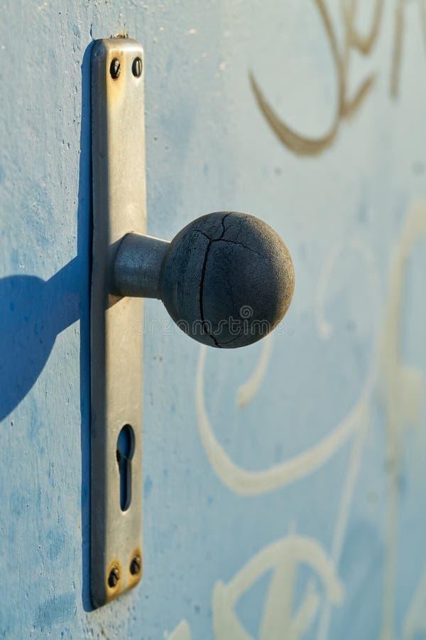 Türknauf auf einer Stahltür stockfotografie