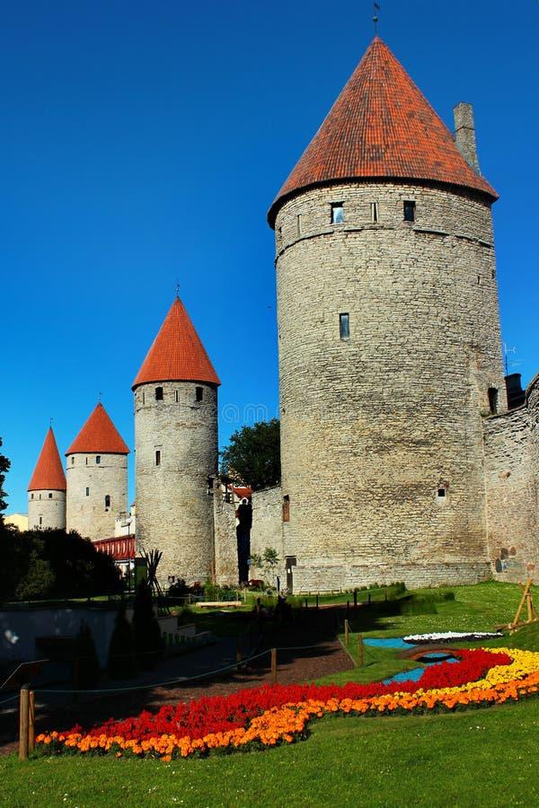 Türme in der Festungswand der alten Stadt von Tallinn, Estland stockbild