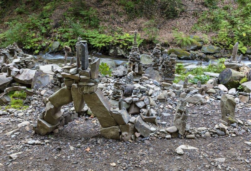 Türme, Pyramiden und Skulpturen von den Flusskieseln auf den Banken des Stromes stockfoto